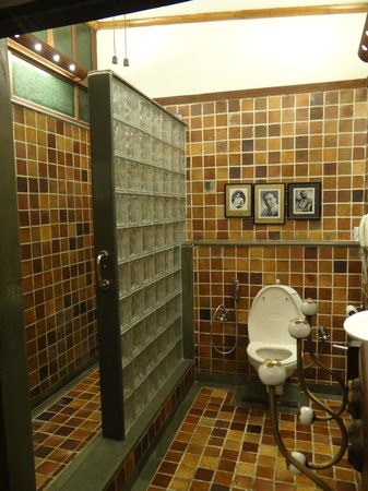 The House of MG: the shower area and the loo...