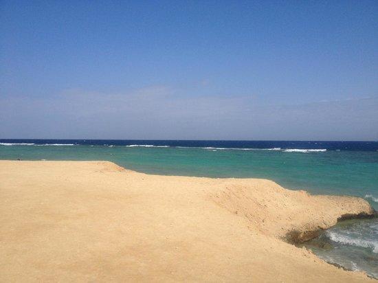 Wadi Lahmy Azur Resort: spiaggia del villaggio