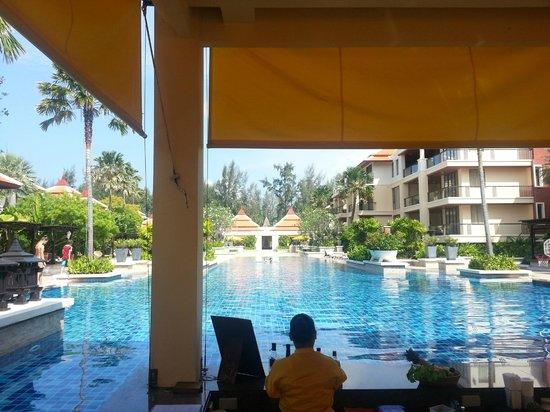 Movenpick Resort Bangtao Beach Phuket : Pool bar