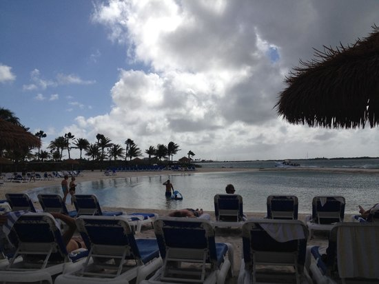 Renaissance Aruba Resort & Casino: Little inlet by the pool