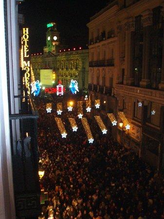Petit Palace Puerta Del Sol: Вид с балкончика в Новый Год