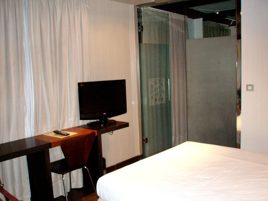 Petit Palace Puerta Del Sol : The room and the glass wall