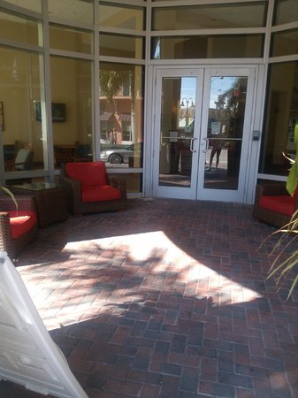 Hyatt Place Delray Beach : seating area at front of hotel on NE 2nd ave