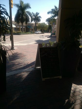 Hyatt Place Delray Beach : front of hotel seating area looking out to NE 2nd ave