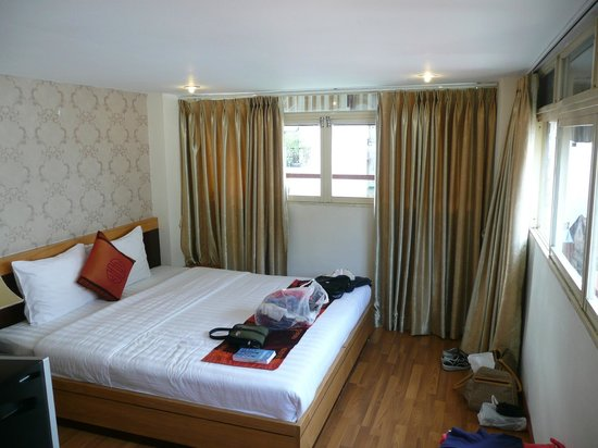 Rising Dragon Hotel: Simple and very clean bedroom with ensuite bathroom.