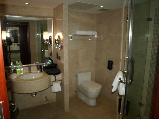 Royal Phoenix Beijing: baño grande y limpio