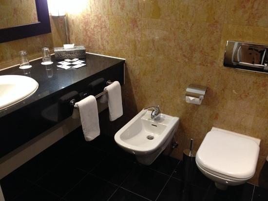 Rivoli Hotel : просторная ванная комната