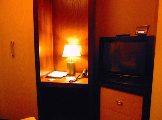 Amsterdam Court Hotel: Small work area -- barely enough for a laptop