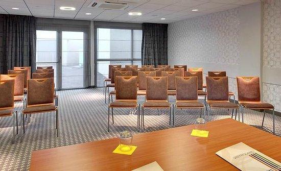 Ibis Styles Clermont Ferrand Le Brezet Aeroport : Salle de réunion en théâtre