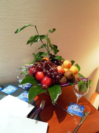 Tryp Valencia Oceanic Hotel: Fruit basket left on our first night