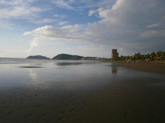 Morgan's Cove Resort & Casino : Vue de la plage en direction du nord.