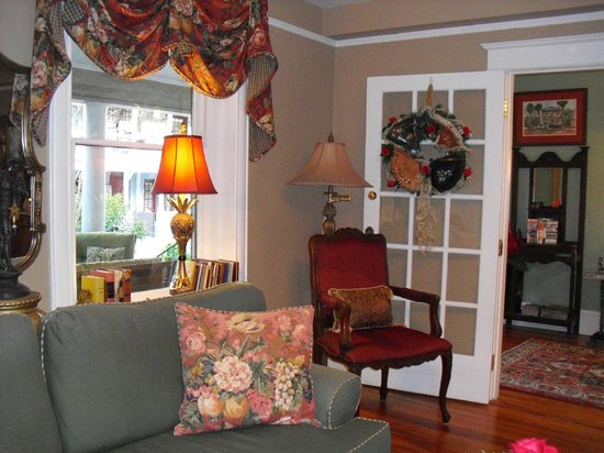 Inn On Charlotte : Front parlor