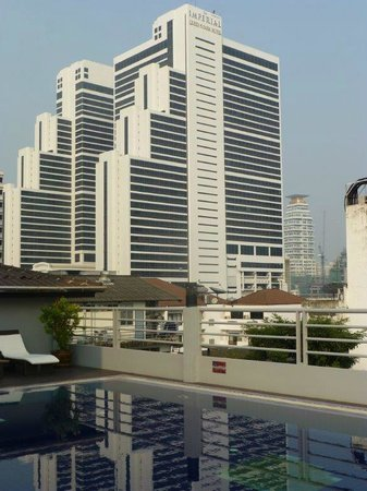 D Varee Diva Bally Sukhumvit: pool with view of queen's park hotel