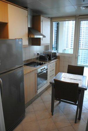 Oaks Liwa Heights: cucina