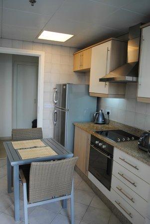 Oaks Liwa Heights: cucina2