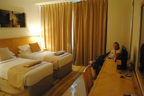 Oaks Liwa Heights: room by night