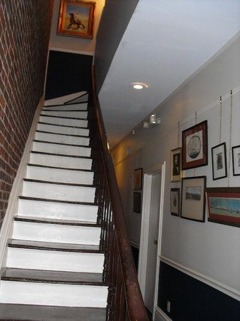 Savannah Bed & Breakfast Inn: Steep stairway
