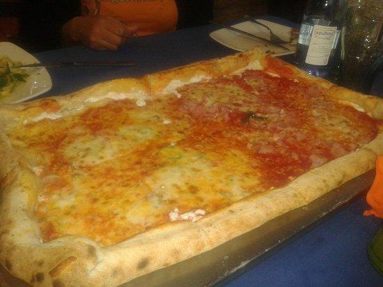 Pizzametro: Pizza de jamón y queso con bordes rellenos de queso