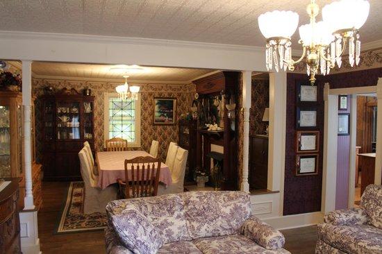 Oak Hill Country Inn: living/dinning
