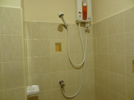 Thai Life Guesthouse Khao Lak: Ванная комната