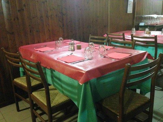 Antica Trattoria: La tavola apparecchiata con le tovaglie gommate rosse