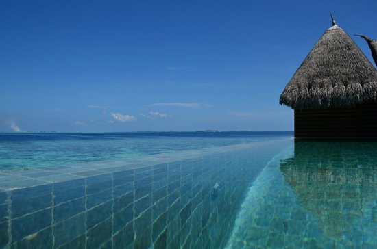 Jumeirah Vittaveli: The view from the decking overlooking the infinity pool and the sea