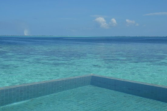 Jumeirah Vittaveli: Another pool/sea view form our decking