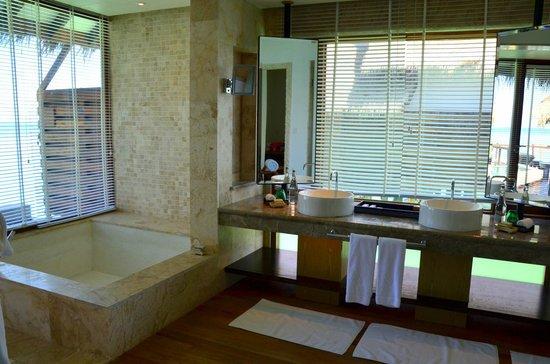 Jumeirah Vittaveli: The bathroom