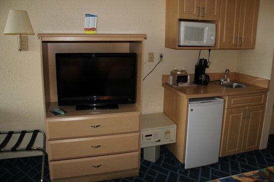 Baymont Inn and Suites Kissimmee: TV, microwave and mini fridge area.