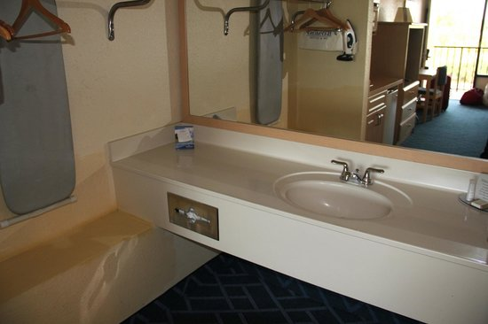 Baymont Inn and Suites Kissimmee: Sink area.