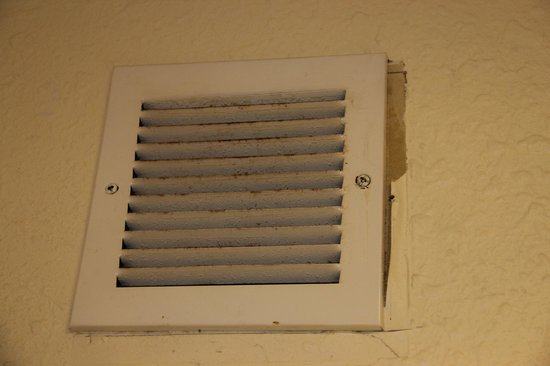 Baymont Inn and Suites Kissimmee: Dirty air duct with peeling paint.
