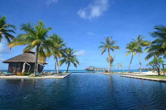 Jumeirah Vittaveli: View from the pool
