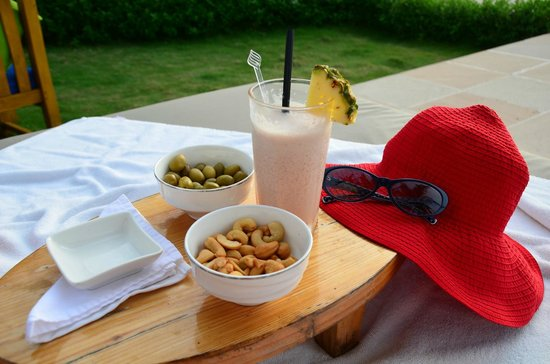 Jumeirah Vittaveli: Our nightly sun-downer ritual, the yummy strawberry colada
