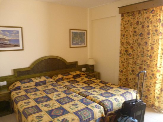 Hotel-Apartamentos Andorra : spacious bedroom