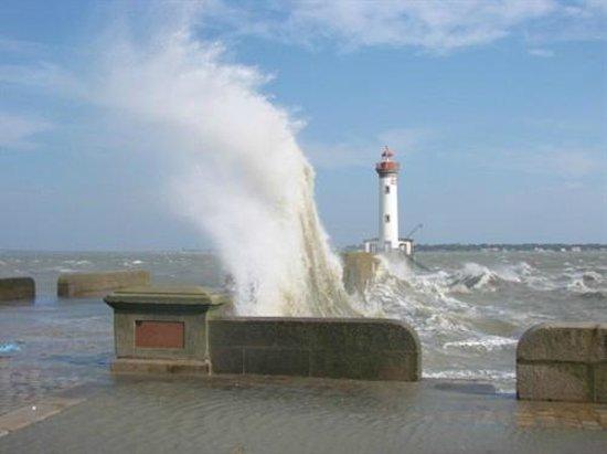 CHRISOCEAN : mer agitée sur la jetée