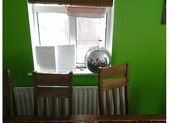 Kilronan Hostel : Who doesn't want a disco ball in the dining area?