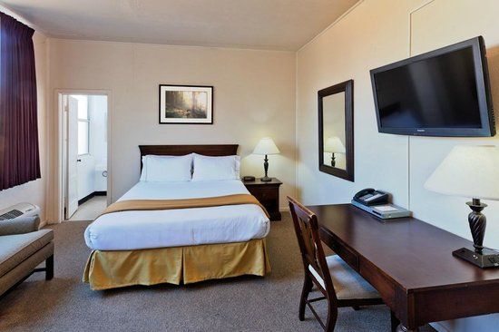 IHG Army Hotel on Camp Parks RFTA : Private Queen bedroom
