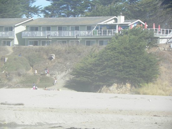 The Beachcomber Motel and Spa on the Beach: View of hotel where the Spectacular King rooms are from the beach
