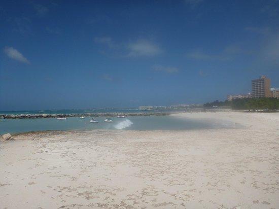 Holiday Inn Resort Aruba - Beach Resort & Casino : Looking towards the Holiday Inn on Palm Beach