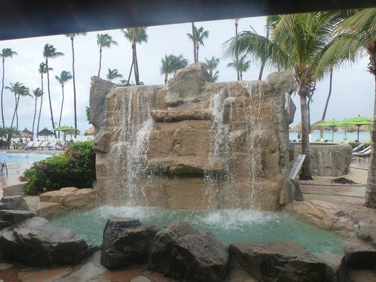 Holiday Inn Resort Aruba - Beach Resort & Casino : Beautiful waterfall at the main pool area