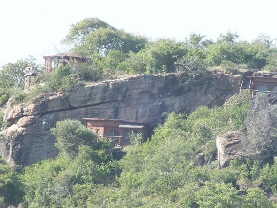 Boundary Hill Lodge: Located on this cliff.