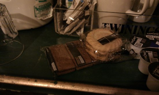 The Royal Oak Hotel: Two packets of biscuits!
