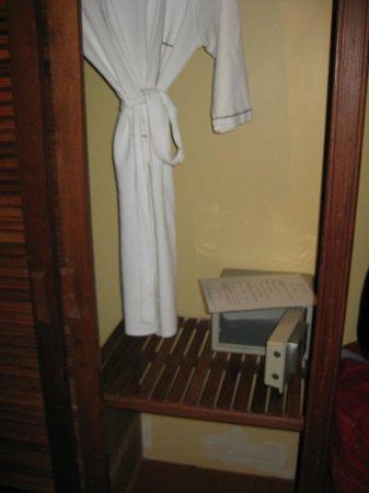 Ohana Phnom Penh Palace Hotel: Hotel safe and robe for your use