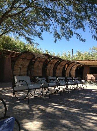 Altiplanico Atacama: Sessel mit Sonnenschutz am Pool