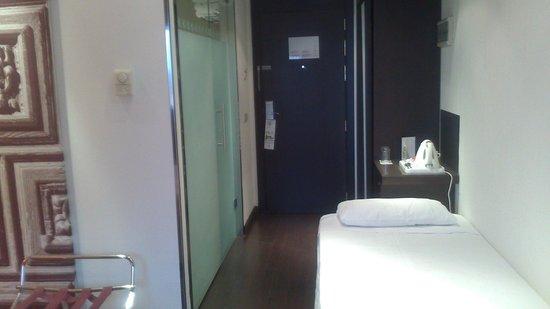 Holiday Inn Madrid - Las Tablas: entrada habitacion y cama supletoria