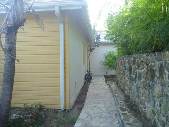 Hotel La Plantation: walkway to room