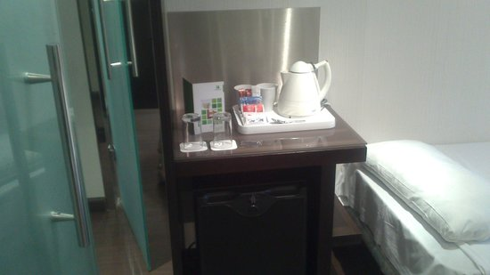Holiday Inn Madrid - Las Tablas: detalle del hotel en la habitacion por si apetece un cafe