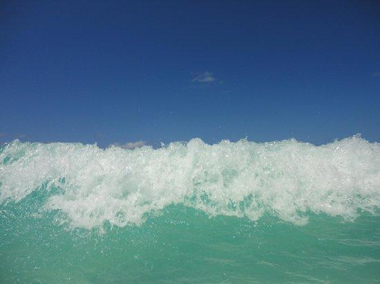 Memories Paraiso Beach Resort: Waves