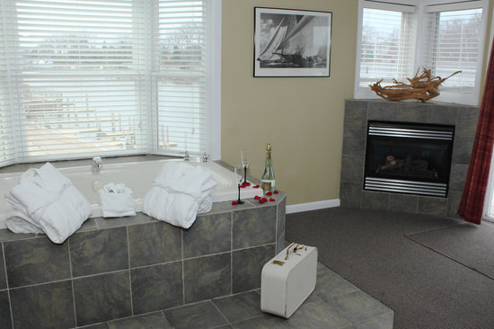 Old Harbor Inn: Harbor Grand, also called Antares Suite, with a Jacuzzi that looks down the channel.