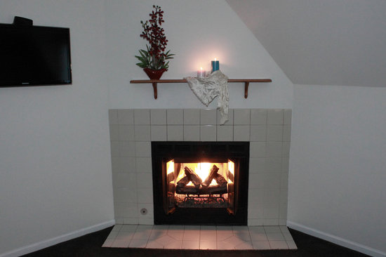 Old Harbor Inn: Deluxe Room with a cosy fireplace.